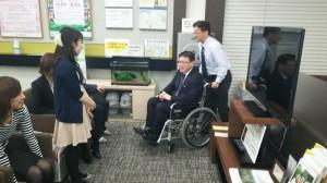 写真①(車椅子の体験の写真)